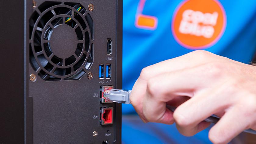 Man verbindt NAS met het internet met een ethernet kabel
