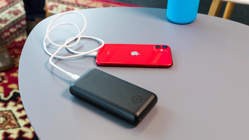 Smartphone opladen met powerbank.
