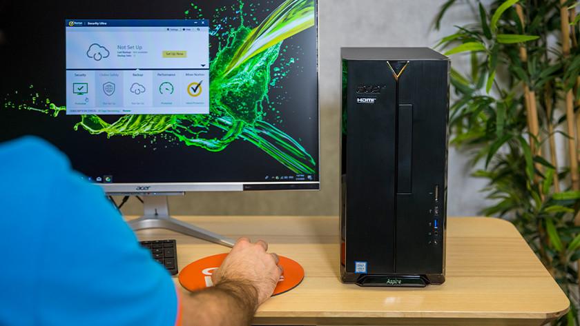 Man werkt op computer.