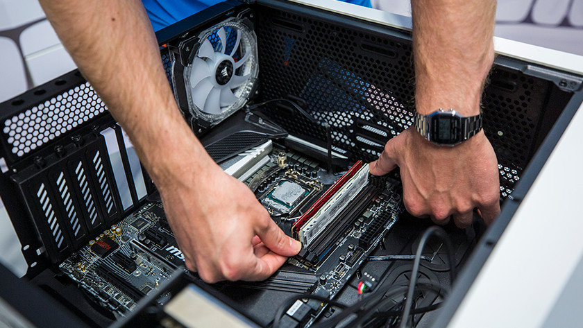 Man zet RAM geheugen in desktop.
