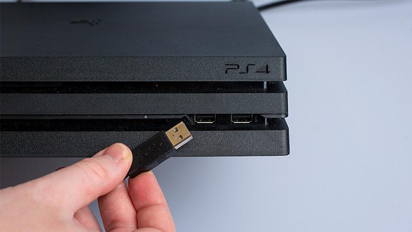 Sluit het stuur aan op de USB poort van je PS4