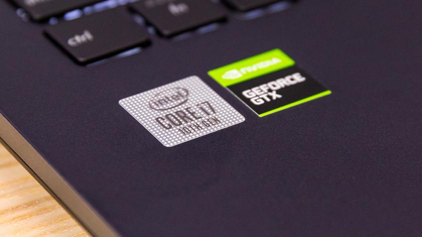 Intel en NVIDIA stickers op laptop.