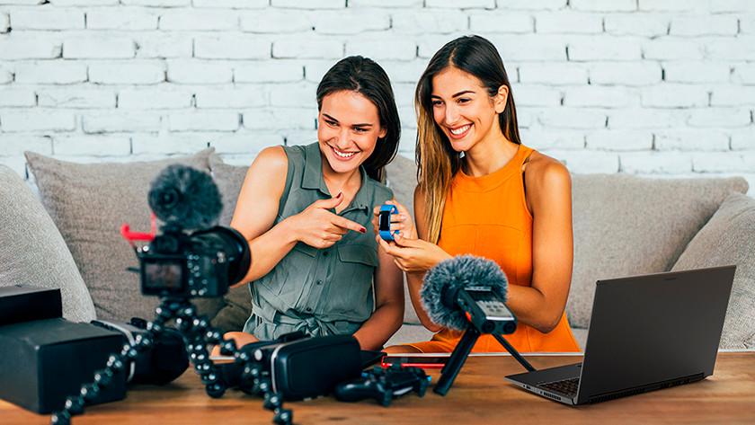 Twee vrouwen die ConceptD laptop gebruiken.