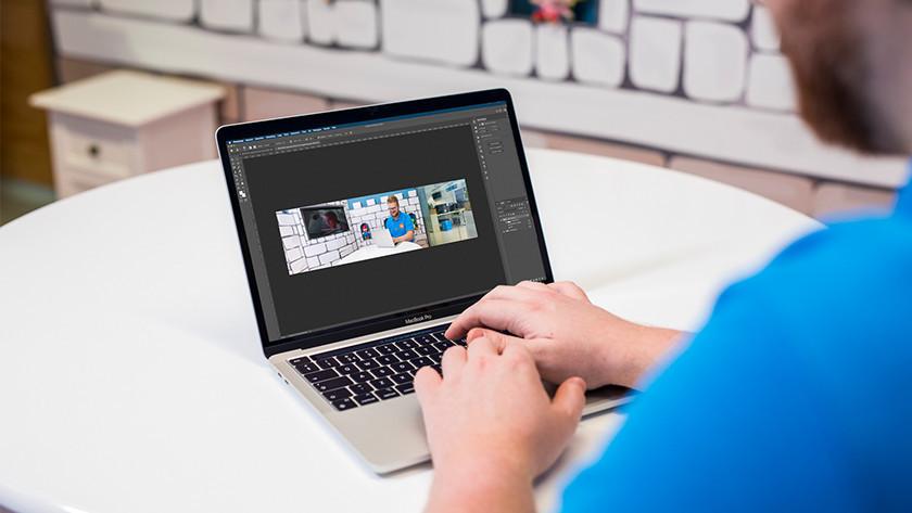 Specialist gebruikt Photoshop op Apple MacBook