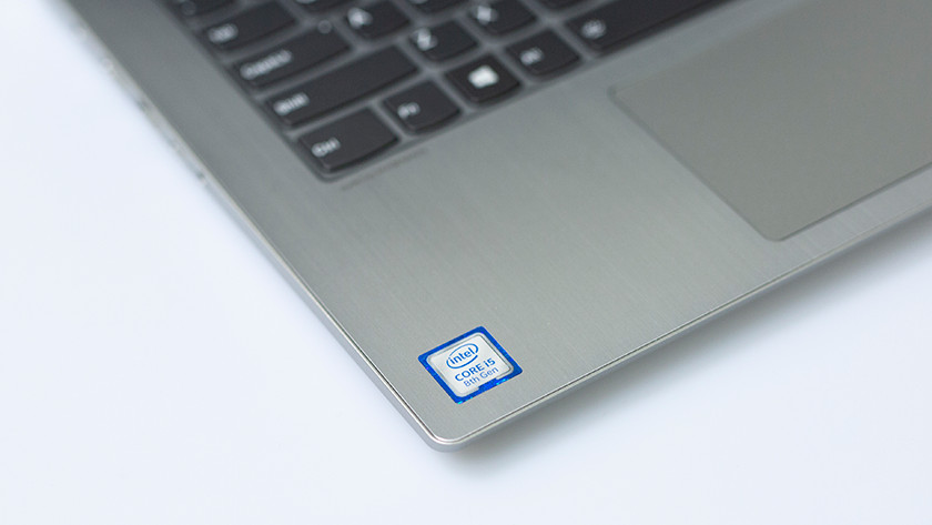 De Intel Core i5 processor sticker op een Lenovo Yoga laptop.