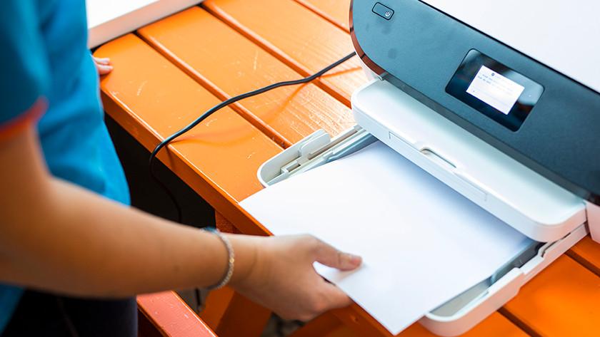 Vrouw legt papier in printer