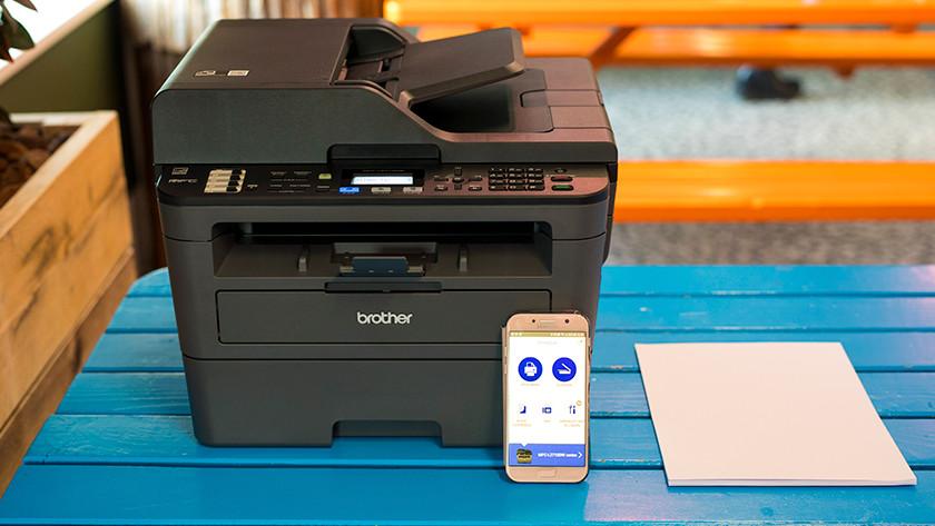 Brother printer met papier en smartphone
