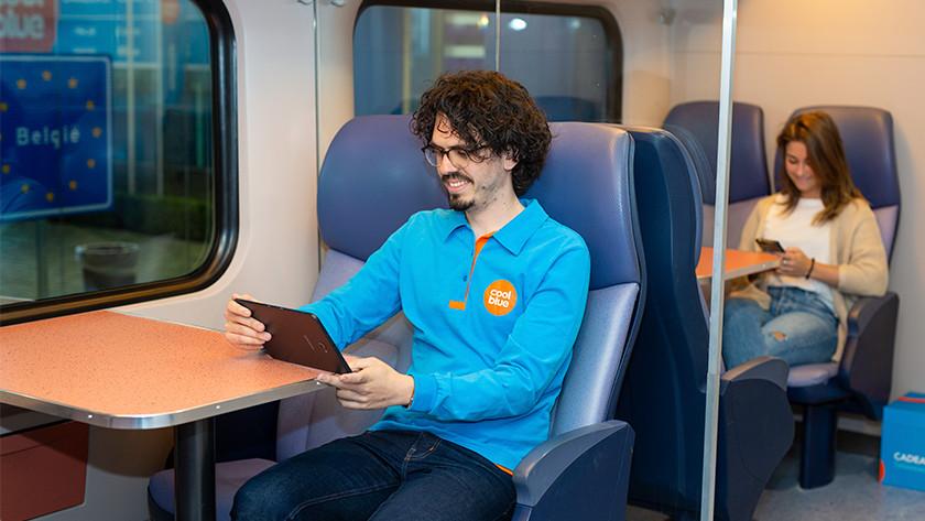 Met tablet in de trein
