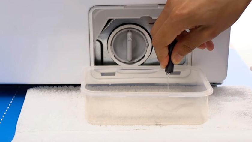 Afvoerfilter wasmachine legen