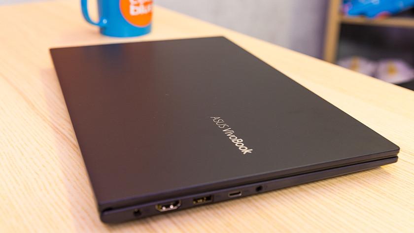 Asus VivoBook van bovenaf gezien.