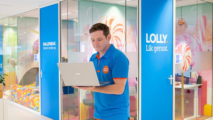 Specialist van Coolblue met Acer laptop in zijn hand.