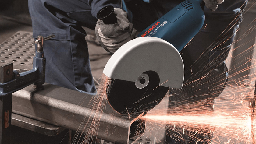 Working cordlessly with an angle grinder