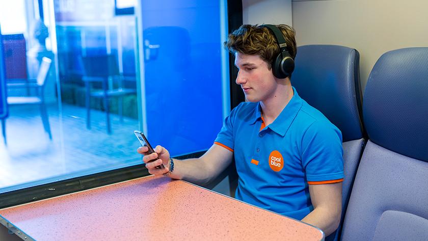 Koptelefoon in trein