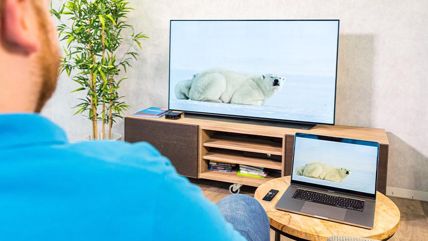 Het scherm van jouw iPad, iPhone of MacBook wordt nu ook getoond op jouw televisie met Apple TV.