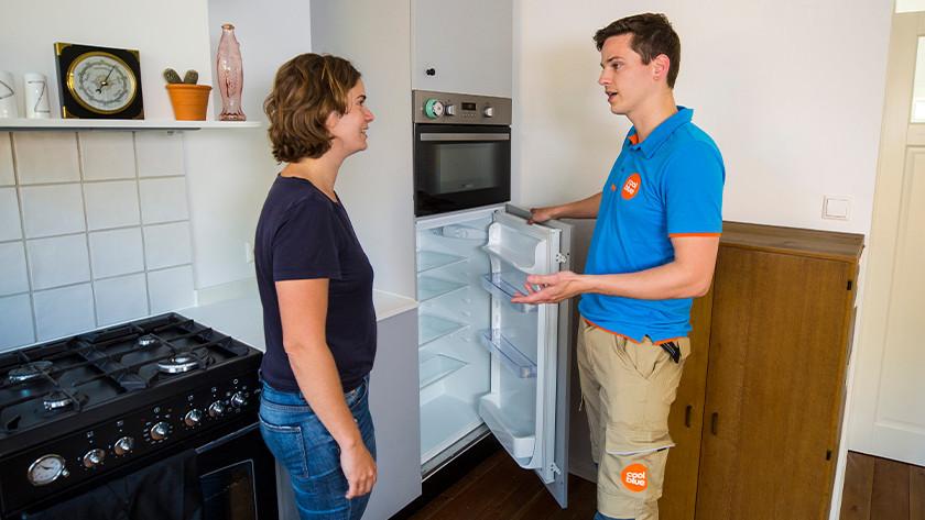 Coolblue installateur met koelkast