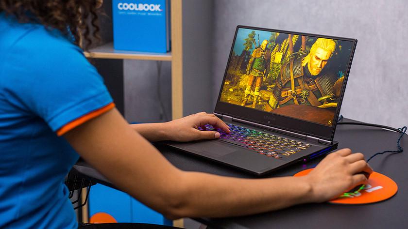 Meisje speelt Witcher op gaming laptop.