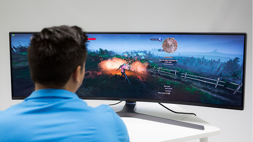 Man gamet op grote gaming monitor
