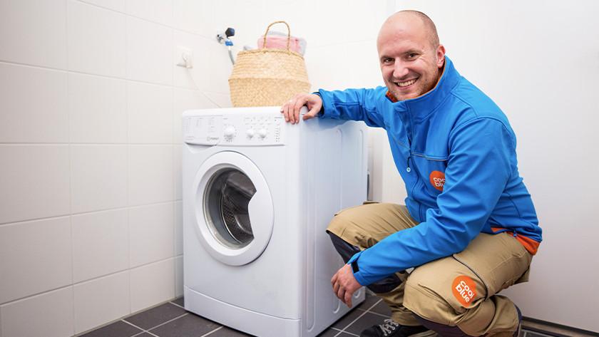 Coolblue bezorger met wasmachine.