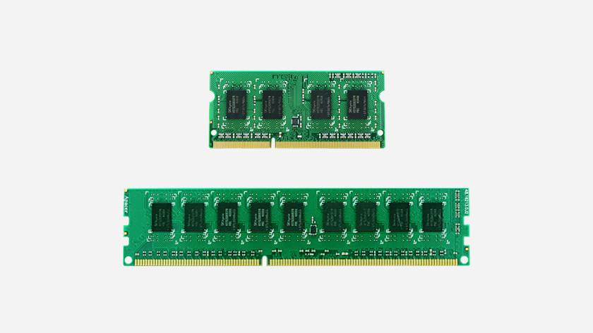 Een kleine RAM module en een grote RAM module onder elkaar afgebeeld.