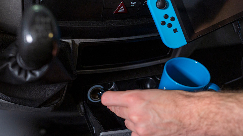 Nintendo Switch opladen met autolader.