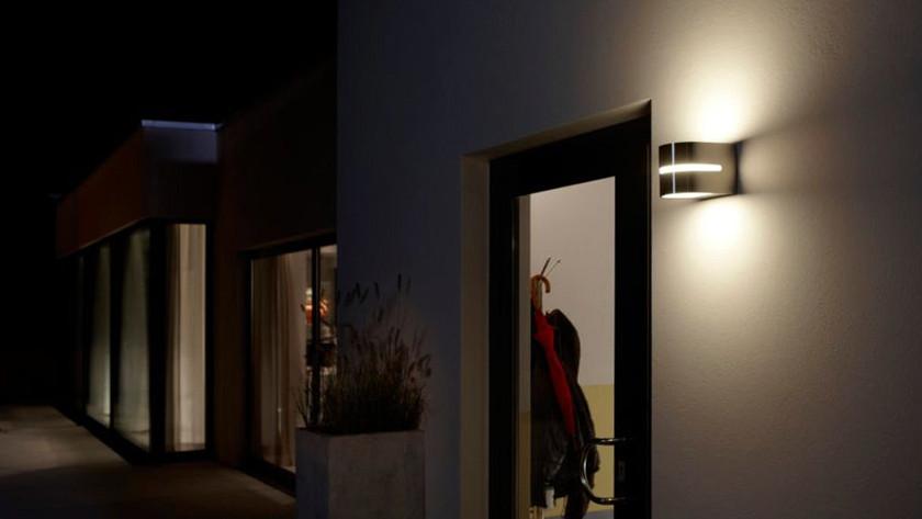 5 tot 10 watt ledverlichting is al genoeg om jouw terras of tuinpad te verlichten een gloeilamp of halogeenspot verbruikt ter