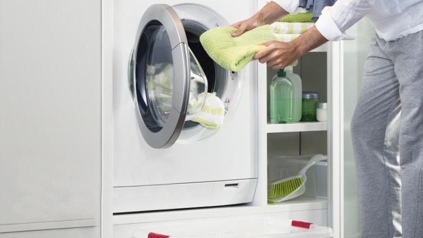 Persoon doet de was in de wasmachine.