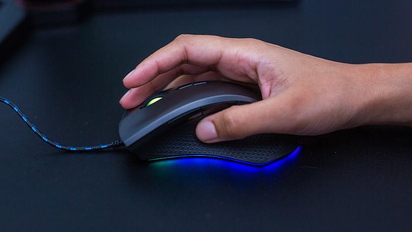 Vrouwenhand met gaming muis.