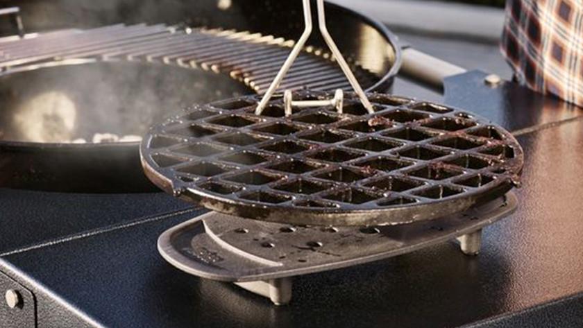 Een houtskool barbecue schoonmaken is veel werk