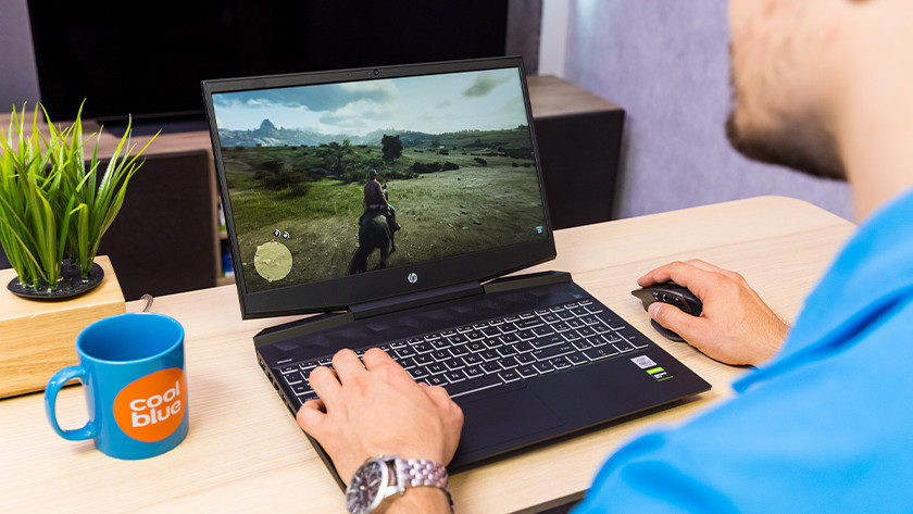 Coolblue medewerker speelt Red Dead Redemption 2 op HP Pavilion G 15-dk laptop.