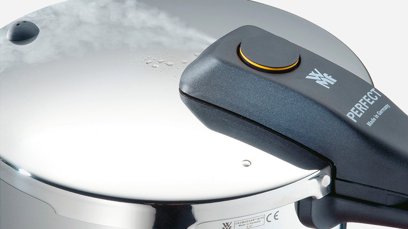 Pressure cooker lid with steam