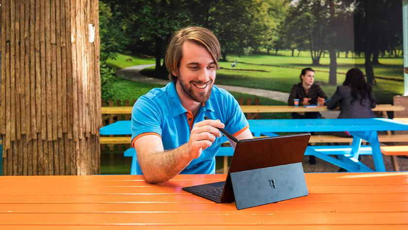 Coolblue medewerker werkt met stylus pen op het touchscreen van de Microsoft Surface Pro.