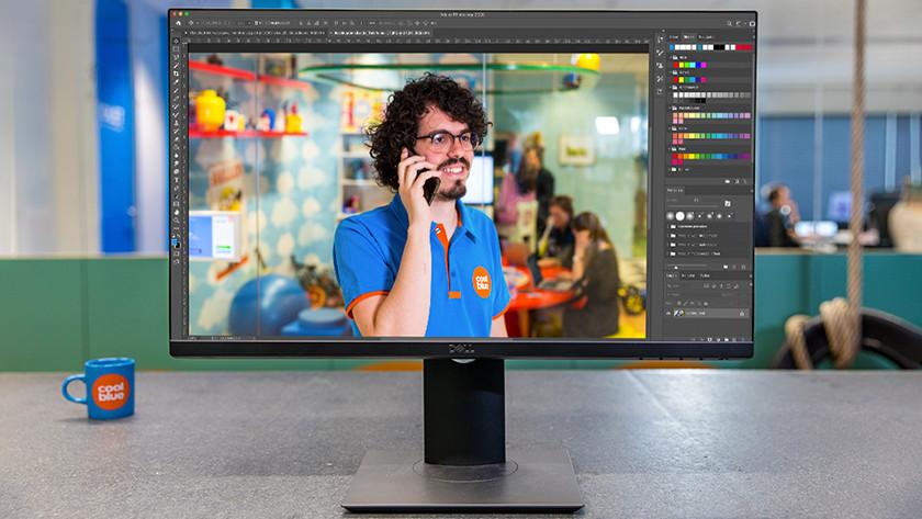 Fotobewerking in Photoshop op monitor.