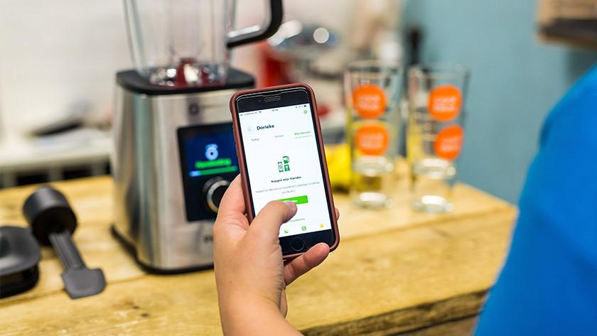 Smartphone met op scherm verbinding met blender