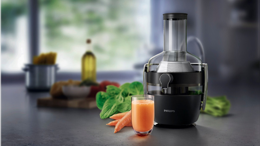 juicer met wortels en sap