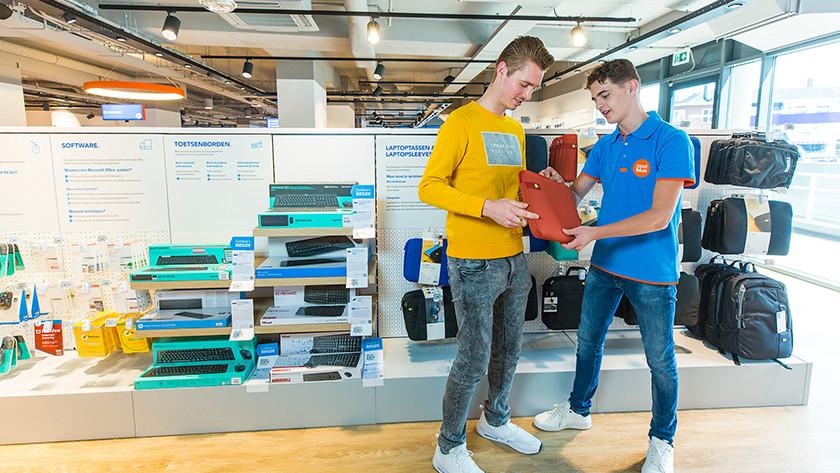 Coolblue medewerker laat laptop sleeve zien aan klant in de winkel.