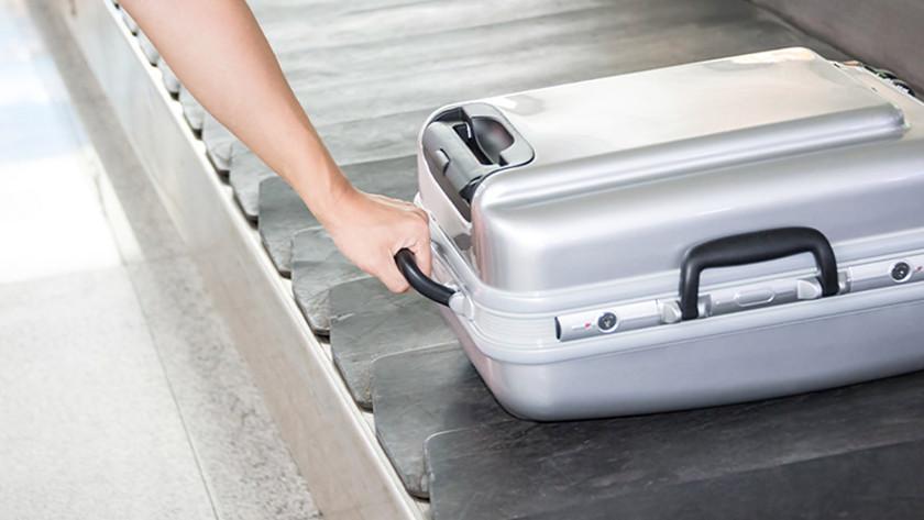 harde koffer op vliegveld