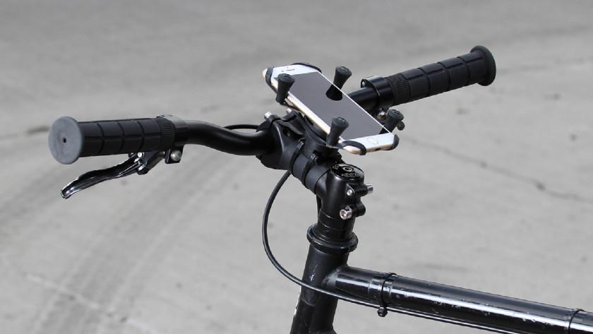 Telefoon op fietsstuur tussen telefoonhouder