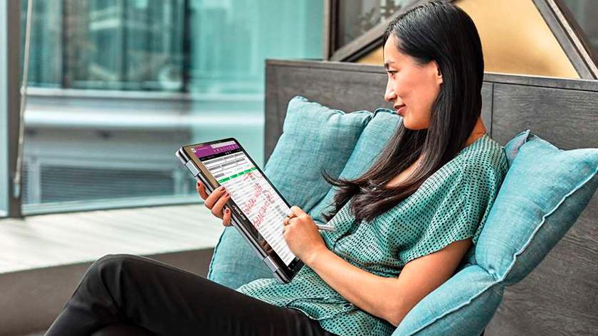 Vrouw tekent met stylus en Windows ink op een 2-in-1 laptop op het scherm