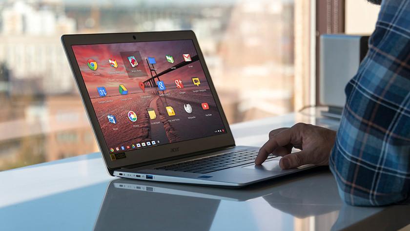 Man werkt op Chromebook voor raam.