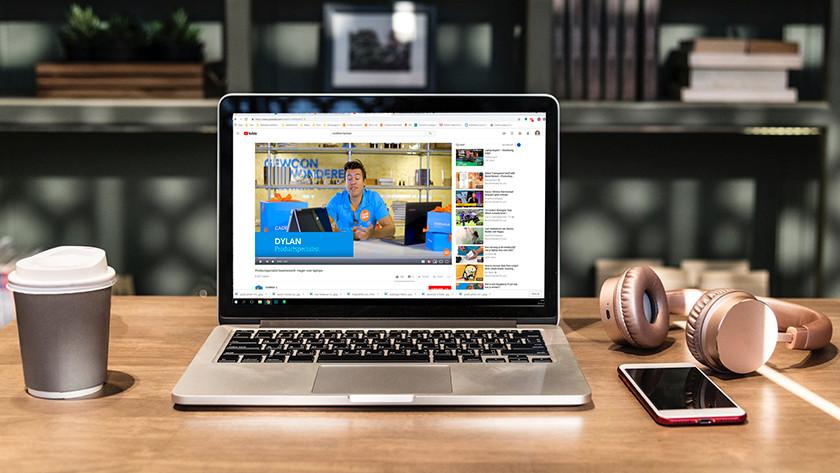 MacBook in koffiebar met op beeldscherm Coolblue vlog op YouTube.