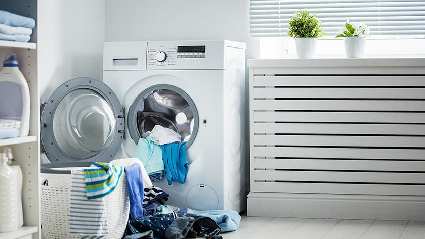Wasmachine met wasgoed erin.
