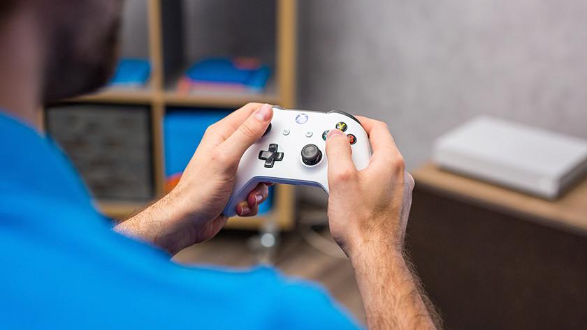 Man speelt met controller.