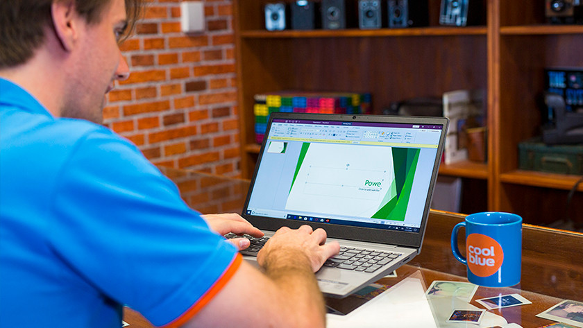 Werken met PowerPoint op een laptop.