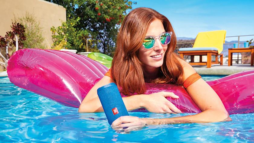 Speaker in het zwembad