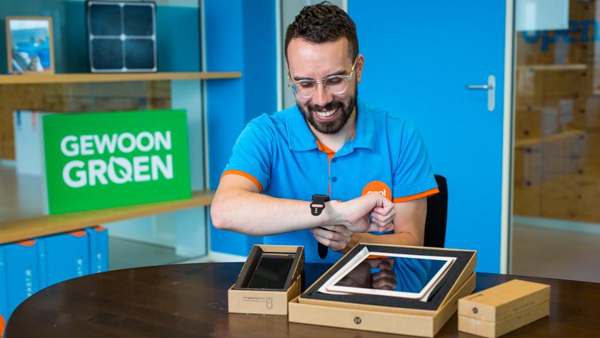 Refurbished Apple Watch om pols uitpakken