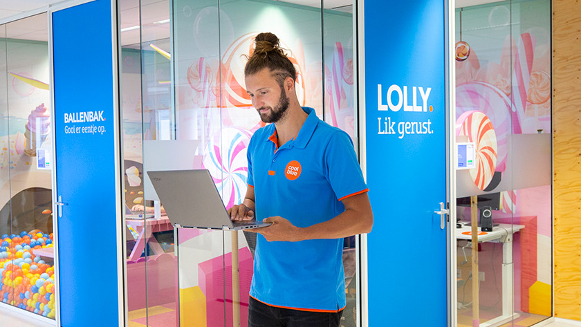 Specialist van Coolblue met Lenovo laptop in zijn hand.