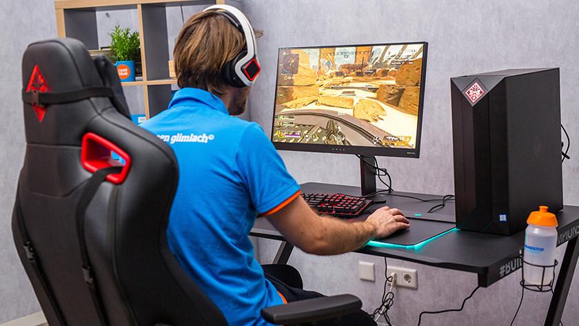 Man speelt Overwatch