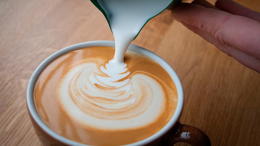 cappuccino's zetten met een volautomatische koffiemachine