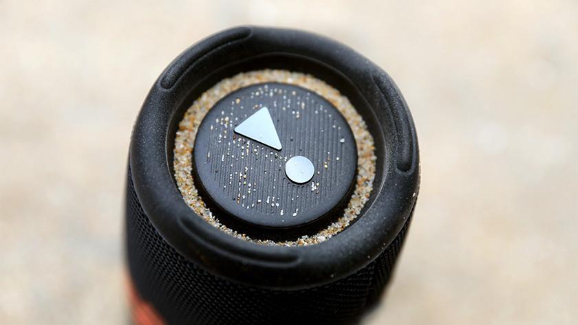 Zand op de speaker