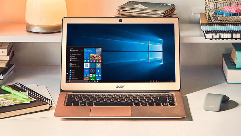 Acer laptop op bureau in kamer.